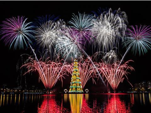 Vista de fuegos artificiales durante la inauguración de un árbol de Navidad flotante de 85 metros de altura en la laguna Rodrigo de Freitas en Río de Janeiro, Brasil, el 29 de noviembre de 2014.