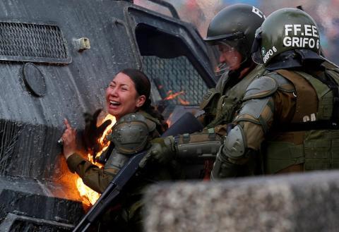 Una policía antidisturbios con el traje ardiendo durante una protesta contra el gobierno de Chile en Santiago el 4 de noviembre.