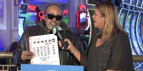 Robert Bailey, 67 años, habla con una reportera de la CBS sobre su premio de la lotería.