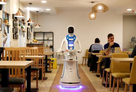 Un robot en un restaurante hace de camarero.
