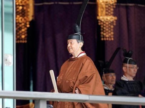 El emperador Naruhito abandona la sala de ceremonias después de proclamar su entronización en el Palacio Imperial de Tokio, Japón, el 22 de octubre de 2019.