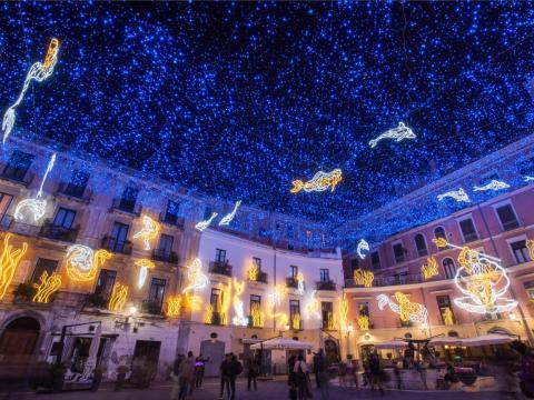 Luces en el centro histórico de Salerno durante el Luci d'Artista.
