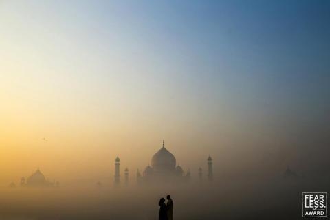 El brillante cielo atrajo la atención de la pareja silueta.