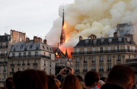 El fuego envuelve la aguja de la Catedral de Notre Dame en París, Francia, el 15 de abril. Durante la renovación y restauración, el techo se incendió, causando grandes daños.