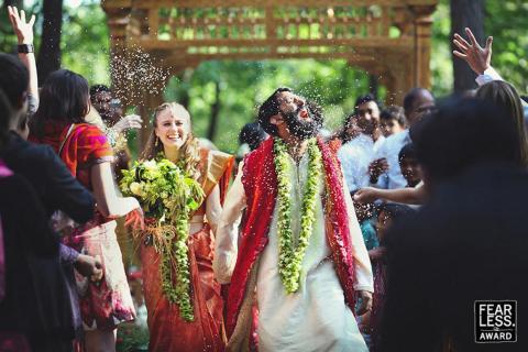 La novia sonrió a su marido.