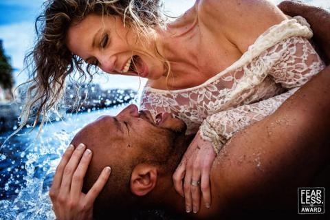 La pareja se abrazó cuando las olas los golpearon.