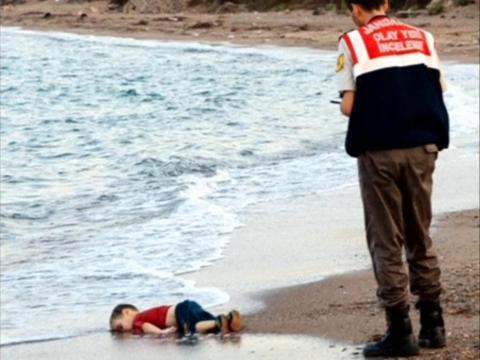 Después de que esta foto de Alan Kurdi se volviera viral, aumentó la recaudación de fondos para los refugiados.
