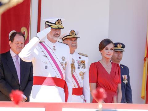 El Rey Felipe VI y la Reina Letizia de España asisten al Día de las Fuerzas Armadas. El padre del rey no estuvo presente.