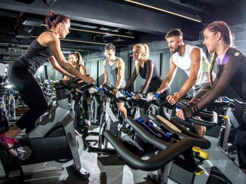 """La popularidad de las clases de ciclismo en bicicleta estática ha hecho del """"spinning"""" un término familiar."""