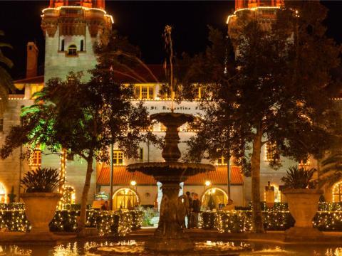 El Ayuntamiento y el Museo Lightner iluminados para las Noches de luces anuales en San Agustín, Florida.
