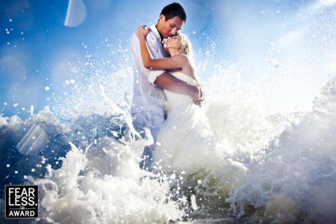 Esta novia y su novio se metieron en el océano para las fotos de su boda