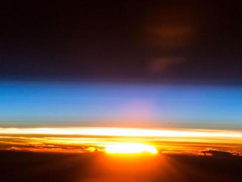 Un amanecer capturado desde la Estación Espacial Internacional. 25 de diciembre de 2017.
