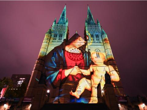 Una imagen proyectada de la Virgen y el Niño durante la presentación previa de The Lights of Christmas Media en la Catedral de Santa María el 4 de diciembre de 2018 en Sydney, Australia.