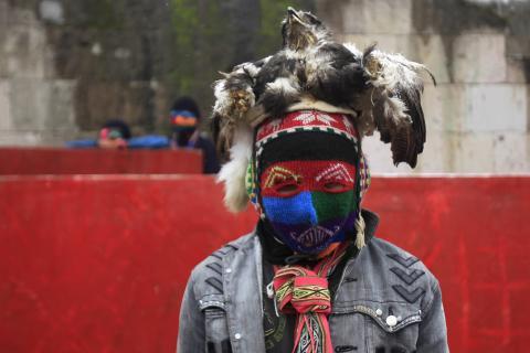"""Un hombre vestido con una máscara antes de participar en una pelea durante el """"Takanakuy"""", fiesta tradicional en la provincia de Chumbivilcas en Cuzco"""