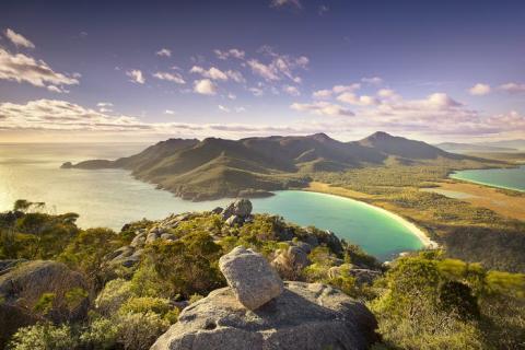 Tasmania, Australia, tiene un clima más frío que la isla principal, por lo que el verano es la mejor época del año para disfrutar plenamente de playas como Wineglass Bay.