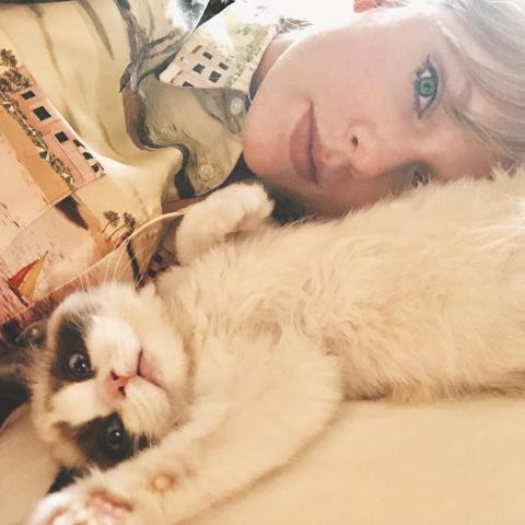 Taylor Swift y uno de sus gatos, Benjamin Button.
