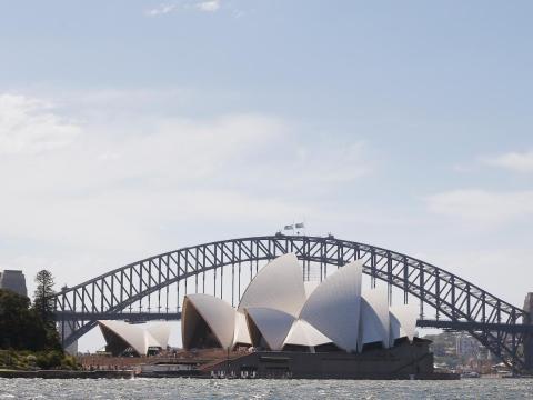 El Sídney Harbour Bridge está situado cerca del emblemático teatro de la ópera.