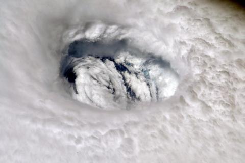 """El astronauta Nick Hague, a bordo de la EEI, publicó esta fotografía del huracán Dorian en su cuenta de Twitter el 2 de septiembre de 2019. Agregó: """"Puedes sentir el poder de la tormenta cuando la miras desde arriba. ¡Mantente a salvo!""""."""