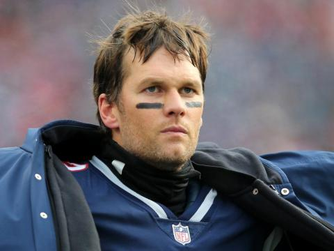 Tom Brady juega al Fútbol americano.