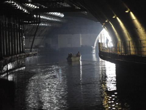 Los turistas visitan la antigua base submarina soviética de Balaklava en un barco.