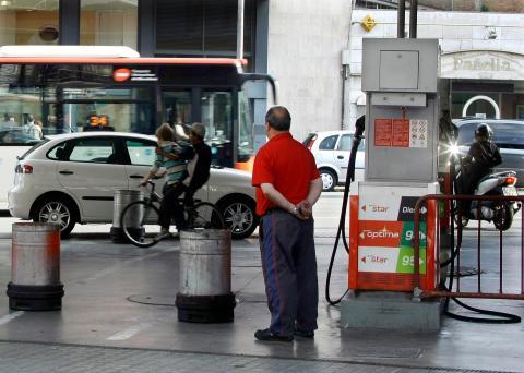 Un trabajador en una estación de servicio urbana en Barcelona