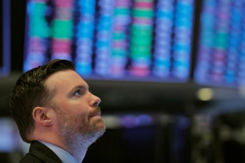 Trader observando en Wall Street.