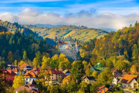 Castillo de Bran con vistas a la ciudad de Brașov Conocido localmente como el castillo de Drácula.