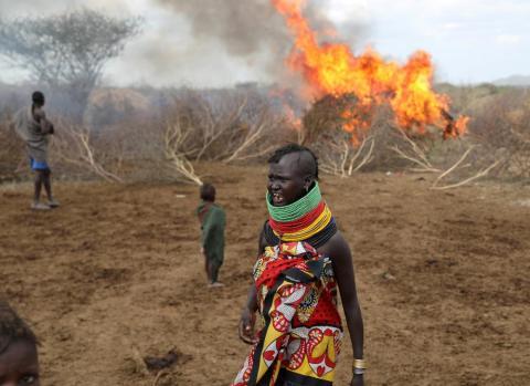Una mujer de la tribu turkana reacciona después de que un incendio accidental arrasara un refugio en un asentamiento en el triángulo de Ilemi, Kenia, en julio.