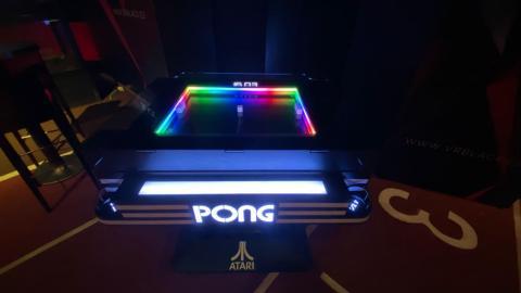 Por último, algo que llamo poderosamente mi atención y encantará a los nostálgicos: cuenta con una máquina de Pong totalmente operativa