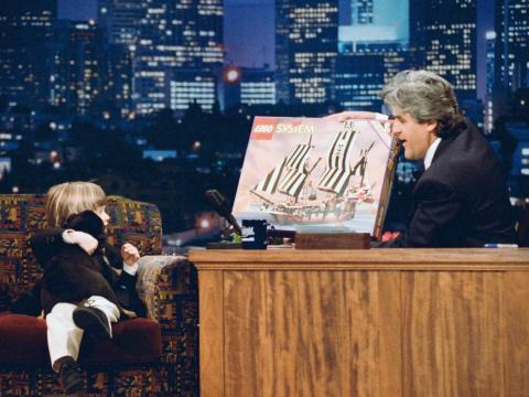 Jay Leno sosteniendo un juego de Lego en la década de 1990.