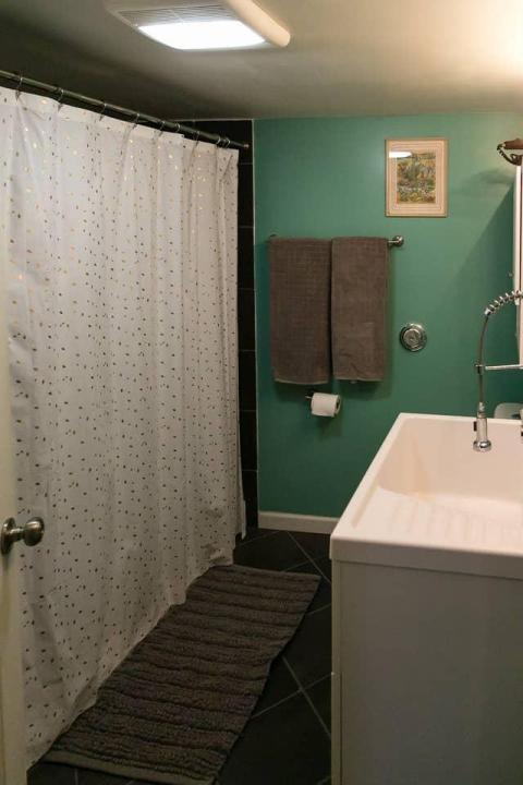 The Upside Den también tiene un baño privado.