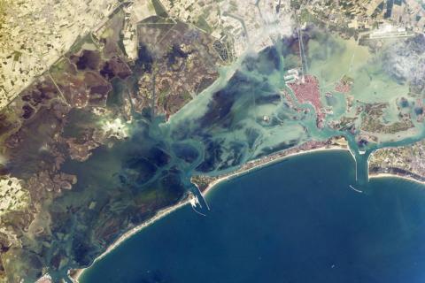 Una isla de barrera protege la laguna de Venecia de las olas y tormentas en el norte del mar Adriático. 9 de mayo de 2014.