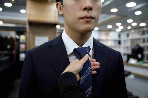 vestir para entrevista de trabajo, corbata, hombre de traje
