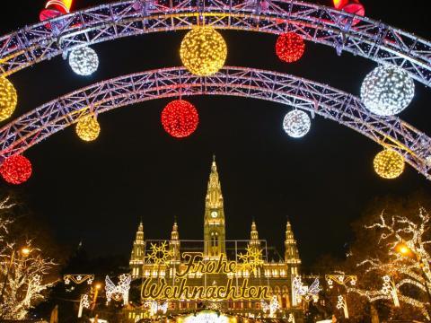 Decoraciones navideñas y mercado navideño tradicional frente al Ayuntamiento de Viena, Austria.