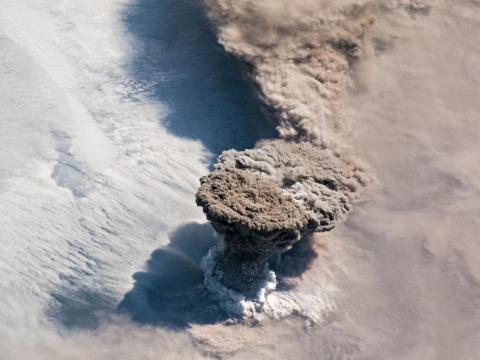 Durante la mañana del 22 de junio de 2019, los astronautas de la EEI capturaron la columna de cenizas y gases que salía del volcán Raikoke, en las islas Kuriles, en el Pacífico Norte.