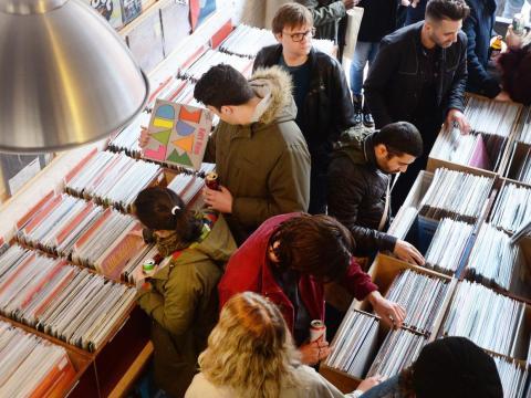 Los compradores llenan la tienda de discos Love Vinyl en Hoxton, Londres.