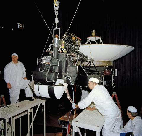 Ingenieros trabajando en la sonda Voyager 2.