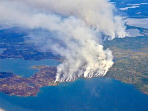Parte de la tundra en los Territorios del Noroeste de Canadá, ubicada justo al este de Alaska, arde en 2014.