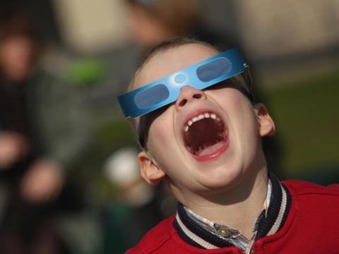 La gente usó gafas especiales para el eclipse solar 2017.