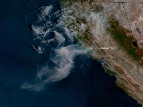 El incendio de Kincade en el condado de Sonoma, California, visto por el satélite GOES West de NOAA el 24 de octubre de 2019.