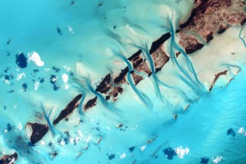 """El astronauta Scott Kelly publicó esta foto de las Bahamas desde la EEI en Twitter con la leyenda: """"#Bahamas, los trazos de tus acuarelas son siempre una vista refrescante. #UnAñoEnElEspacio"""". 19 de julio de 2015."""