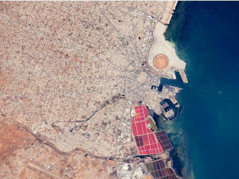 La ciudad de Túnez y principal puerto de Sfax. Los estanques de sal con colores brillantes se encuentran al sur de la ciudad vieja. 19 de junio de 2015.