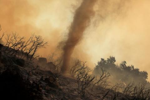 Un torbellino de cenizas y brasas calientes se mueve a través de un incendio forestal, llamado el Fuego de la Cueva, que arde en las colinas de Santa Bárbara, California, el 26 de noviembre.
