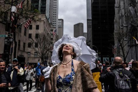 Una mujer reacciona al sol saliendo de las nubes durante el desfile anual de Pascua y el Festival Bonnet en la Quinta Avenida de la ciudad de Nueva York el 21 de abril.