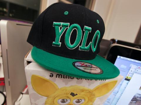 YOLO se hizo popular después de que el rapero Drake lo dijera en una canción.