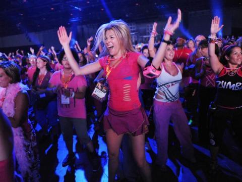 El zumba usa el ritmo y la danza para hacer ejercicios cardiovasculares vigorosos, atractivos y de trabajo en equipo.