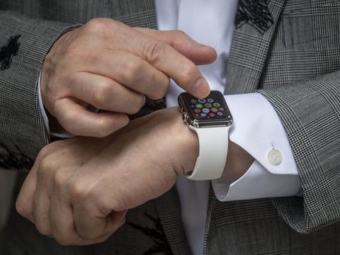 11. Mirar el teléfono o el reloj