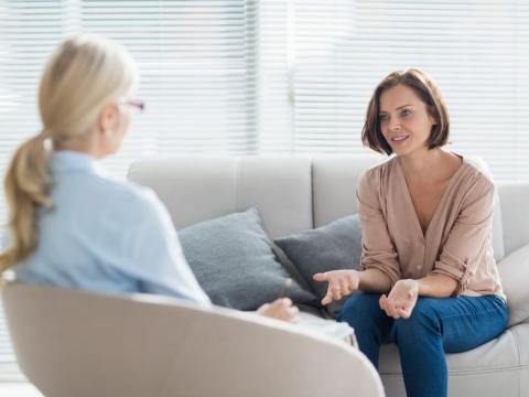 La terapia cognitiva conductual puede ser útil si está luchando contra la ansiedad.