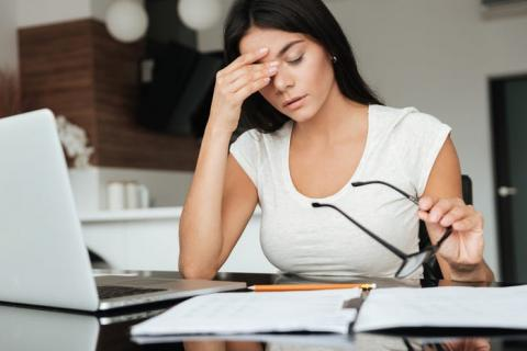 Tomarse unos minutos durante el día de trabajo para estirar o practicar la respiración diafragmática puede ayudar