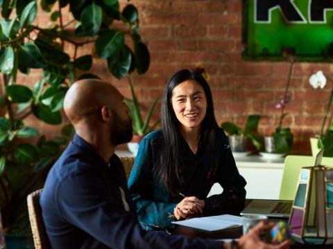 Acércate a la mesa de negociaciones con los registros de desempeño del trabajo, un currículum vitae y cualquier otro documento esencial.